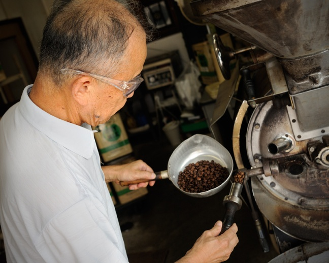Hattori-san Checking the beans